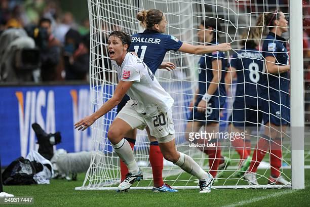 Fussball, FIFA Frauen-Weltmeisterschaft 2011, Halbfinale in Mönchengladbach, FRANKREICH - USA 1-3 Abby Wambach dreht nach ihrem Treffer jubelnd ab
