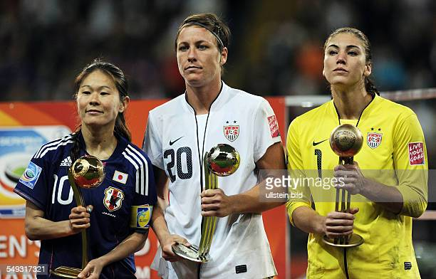 Fussball FIFA FrauenWeltmeisterschaft 2011 Spiel 32 Finale in Frankfurt JAPAN USA 31 iE Die besten Spielerinnen des Turniers mit den Pokalen vli...