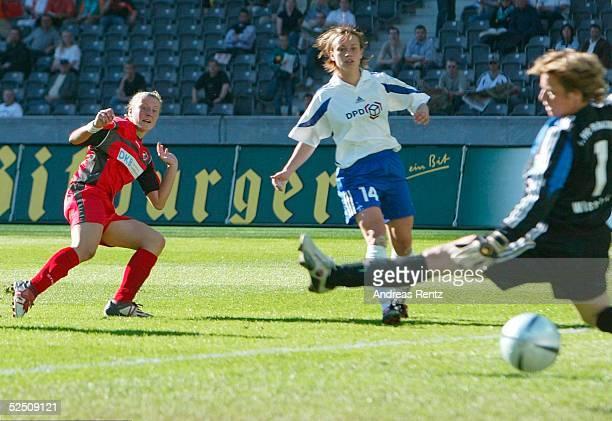 Fussball / Frauen DFB Pokal 03/04 Finale Berlin 1 FFC Frankfurt 1 FFC Turbine Potsdam Anja MITTAG / Potsdam schiesst zum 03 fuer Potsdam ein...