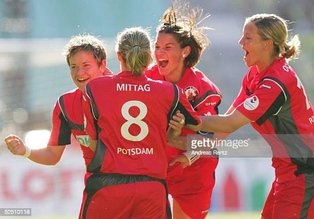 Fussball / Frauen: DFB Pokal 03/04 Finale, Berlin; 1. FFC Frankfurt - 1. FFC Turbine Potsdam; Jennifer ZIETZ, Anja MITTAG, Ariane HINGST und Conny...