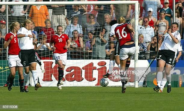 Fussball / Frauen Laenderspiel 2004 Hoffenheim Deutschland Norwegen 01 Tor zum 01 durch Kristine EDNER / NOR Viola ODEBRECHT Ariane HINGST und Pia...