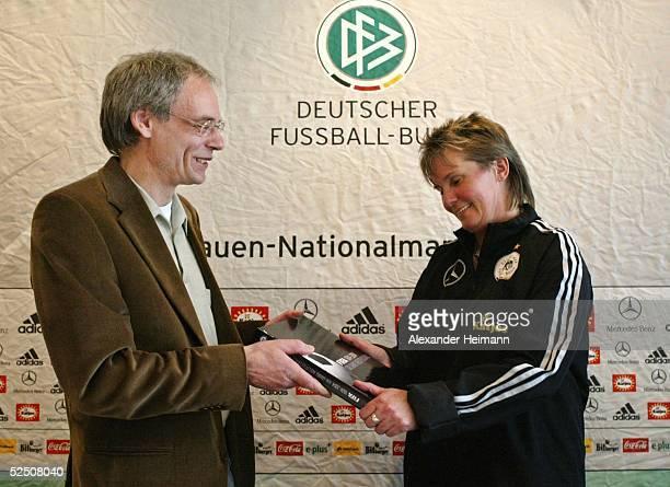 Fussball / Frauen Nationalmannschaft Deutschland 2004 Heusenstamm Pressekonferenz mit Trainerin Tina THEUNE MEYER Nationaltrainerin Tina TheuneMeyer...