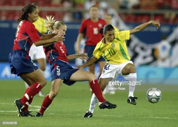 Fussball / Frauen: Olympische Spiele Athen 2004, Athen; Finale / USA - Brasilien ; Shannon BOXX, Lindsay TARPLEY / USA - MARTA / BRA 26.08.04.