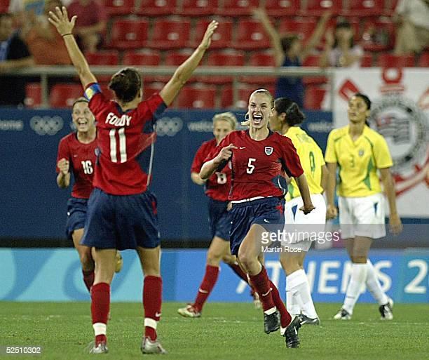 Fussball / Frauen Olympische Spiele Athen 2004 Athen Finale / USA Brasilien Jubel nach Tor zum 10 / Julie FOUDY Torschuetzin Lindsay TARPLEY / USA...