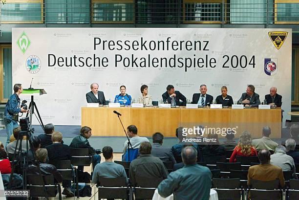 Fussball / Frauen Pressekonferenz zum DFB Pokalfinale 2004 Berlin Siegfried DIETRICH Pia WUNDERLICH Monika STAAB Gerhard MEIERROEHN Bernd SCHROEDER...
