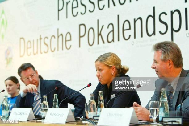 Fussball / Frauen Pressekonferenz zum DFB Pokalfinale 2004 Berlin Pia WUNDERLICH Gerhard MEYER ROEHN / DFB Viola ODEBRECHT / Potsdam Otto HOEHNE /...