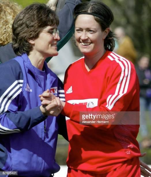 Fussball / Frauen UEFA Pokal 03/04 Frankfurt 1 FFC Frankfurt Malmoe FF Jubel nach Sieg Trainerin Monika STAAB und Renate LINGOR / FFC 120404