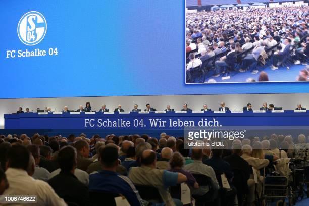 Fussball GER, 1. Bundesliga, Mitgliederversammlung 2017 des FC Schalke 04 in der Veltins Arena, Bühne mit den Mitgliedern des Aufsichtsrates des FC...