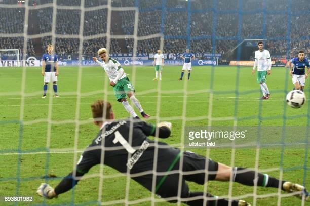 Fussball GER 1 Bundesliga Saison 2016 2017 10 Spieltag FC Schalke 04 SV Werder Bremen Serge Gnabry erzielt das Tor zum 1 zu 2 per Elfmeter