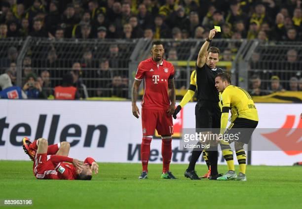 Fussball GER 1 Bundesliga Saison 2016 2017 11 Spieltag Mario Goetze Mario Götze re sieht von Schiedsrichter Tobias Stieler die Gelbe Karte links...