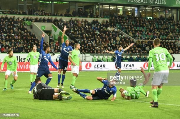Fussball GER 1 Bundesliga Saison 2016 2017 11 Spieltag VfL Wolfsburg FC Schalke 04 Benedikt HOEWEDES wird zu Fall gebracht die Spieler von Schalke 04...