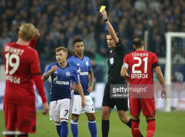 Fussball GER 1 Bundesliga Saison 2016 2017 14 Spieltag Schiedsrichter Deniz Aytekin zeigt Max Meyer li die Gelbe Karte