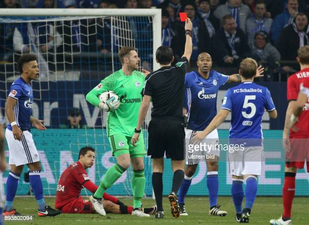 Fussball GER 1 Bundesliga Saison 2016 2017 14 Spieltag FC Schalke 04 Bayer 04 Leverkusen Naldo sieht die rote Karte