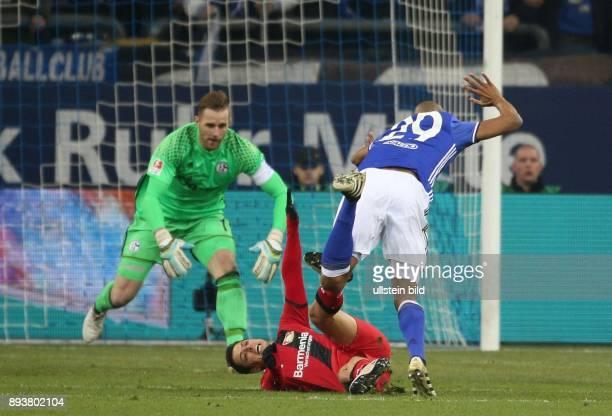 Fussball GER 1 Bundesliga Saison 2016 2017 14 Spieltag FC Schalke 04 Bayer 04 Leverkusen v l Chicharito wird von Naldo gefoult