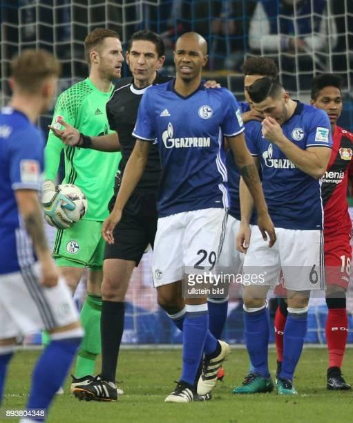 Fussball GER 1 Bundesliga Saison 2016 2017 14 Spieltag FC Schalke 04 Bayer 04 Leverkusen v l Schiedsrichter Denis Aytekin und Naldo