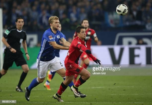 Fussball GER 1 Bundesliga Saison 2016 2017 14 Spieltag FC Schalke 04 Bayer 04 Leverkusen v l Johannes GEIS im Duell mit Chicharito