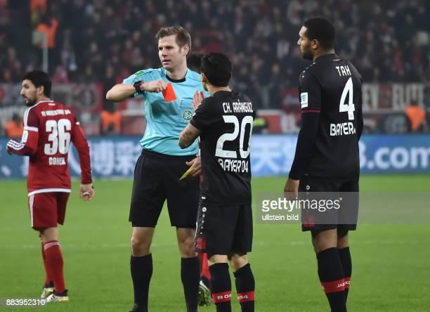 Fussball GER 1 Bundesliga Saison 2016 2017 15 Spieltag Gelb Rote Karte von Schiedsrichter Frank Willenborg fuer Charles Aranguiz