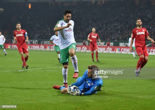 Fussball GER 1 Bundesliga Saison 2016 2017 15 Spieltag Claudio Pizarro li kommt gegen Torwart Thomas Kessler zu spaet