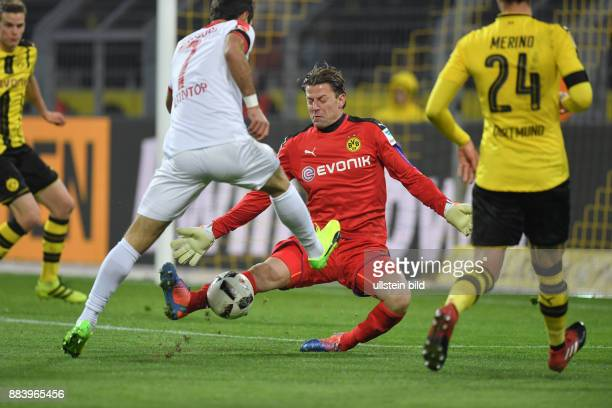 Fussball GER 1 Bundesliga Saison 2016 2017 16 Spieltag Torwart Roman Weidenfeller pariert gegen Halil Altintop