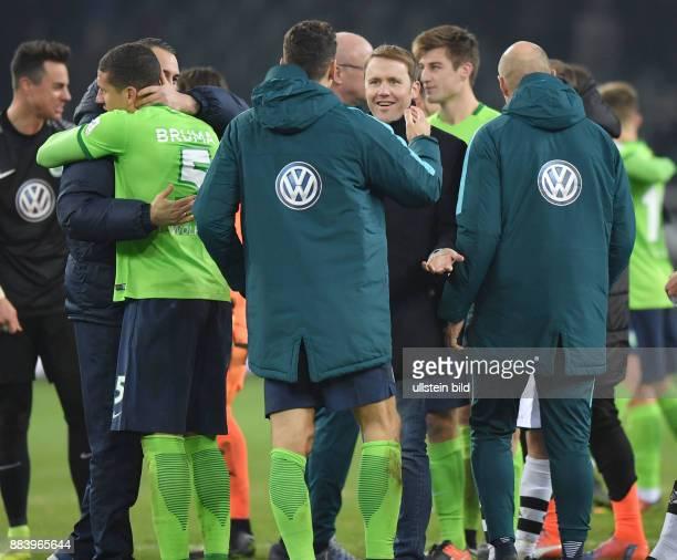 Fussball GER 1 Bundesliga Saison 2016 2017 16 Spieltag Borussia Moenchengladbach VfL Wolfsburg Sportmanager Olaf Rebbe re jubelt mit Mario Gomez