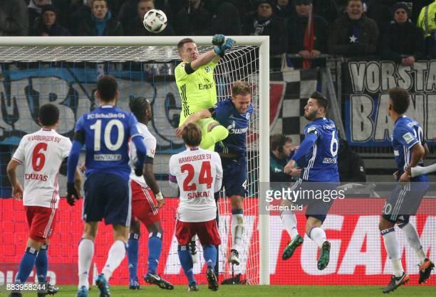 Fussball GER 1 Bundesliga Saison 2016 2017 16 Spieltag Torwart Christian Mathenia prallt mit Benedikt Hoewedes Benedikt Höwedes zusammen