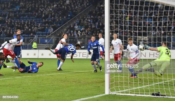 Fussball GER 1 Bundesliga Saison 2016 2017 16 Spieltag Torwart Christian Mathenia re pariert einen Kopfball von Leon Goretzka 3 vli