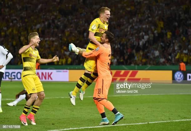 118eee3a0 Fussball GER DFB Pokal Finale Eintracht Frankfurt Borussia Dortmund 12  Jubel nach dem Abpfiff vre Torwart