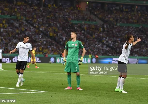 Fussball GER DFB Pokal Finale Eintracht Frankfurt Borussia Dortmund 12 Nach dem Elfmeterpfiff vli Jesus Vallejo Torwart Lukas Hradecky Timothy...