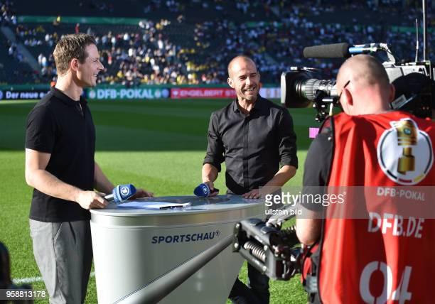 Fussball GER DFB Pokal Finale Eintracht Frankfurt Borussia Dortmund 12 ARD Sportschau Moderator Alexander Bommes li mit Experte Mehmet Scholl