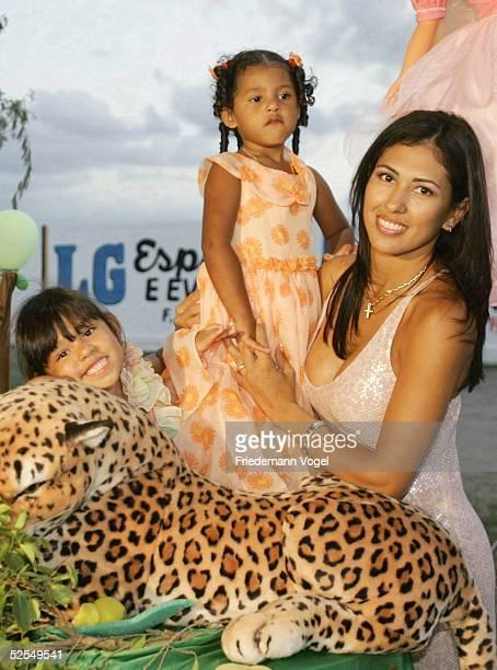 Fussball: Hochzeitsparty 2004 Ailton Mogeiro; AILTON und seine Ehefrau ROSALIE feiern mit Familie und Freunden; Rosalie mit den Kindern Maria und...
