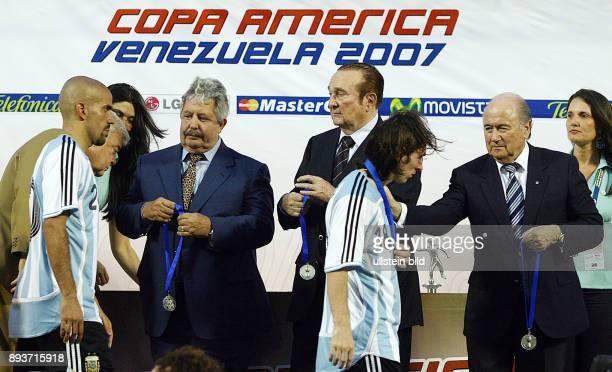 Fussball International 42 Copa America Halbfinale Brasilien Argentinien Nicolas LEOZ FIFA Praesident Joseph S BLATTER und Rafael ESQUIVEL...