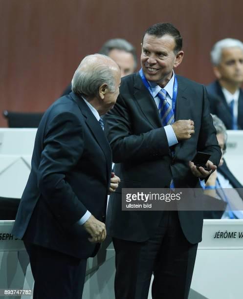 Fussball International 65 FIFA Kongress in Zuerich Praesident Joseph S Blatter begruesst Juan Angel Napout im FIFAExekutivkomitee
