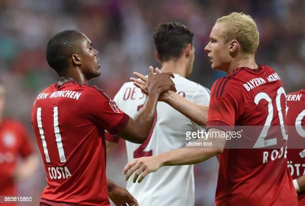 Fussball International Audi Cup 2015 Saison 2015/2016 Halbfinale FC Bayern Muenchen - AC Mailand Torjubel nach dem 1:0: Douglas Costa und Sebastian...