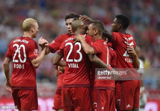 Fussball International Audi Cup 2015 Saison 2015/2016 Halbfinale FC Bayern Muenchen - AC Mailand Torjubel nach dem 1:0: Sebastian Rode, Arturo Vidal,...