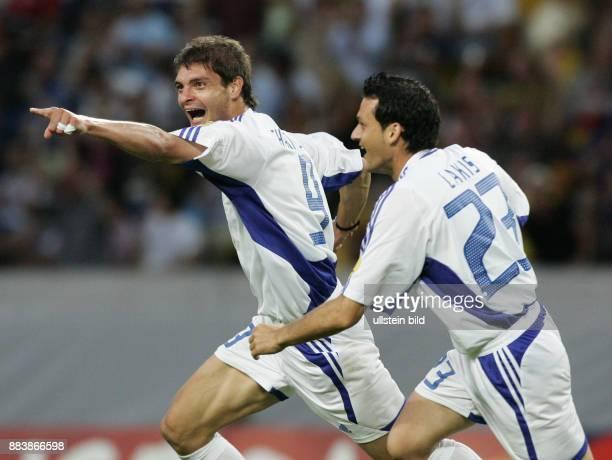 Fussball INTERNATIONAL EURO Frankreich Griechenland im Stadion José Alvalade in Lissabon Torschütze Angelos Charisteas jubelt mit Dimitrios...