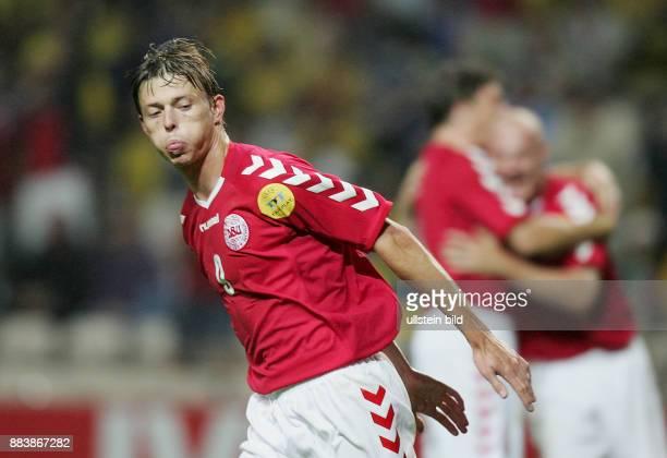 Fussball INTERNATIONAL EURO in Porto im Stadion Bessa Daenemark 22 Schweden DEN John Dahl Tomasson nach seinem Tor zum 21 Tomasson ärgert SWE Fans