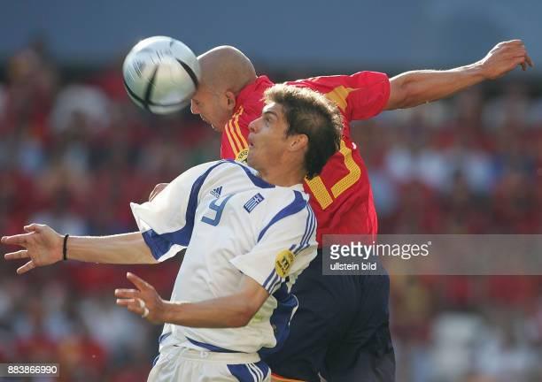 Fussball INTERNATIONAL EURO in Porto im Stadion Bessa Griechenland Spanien Raul Bravo gegen Angelos Charisteas