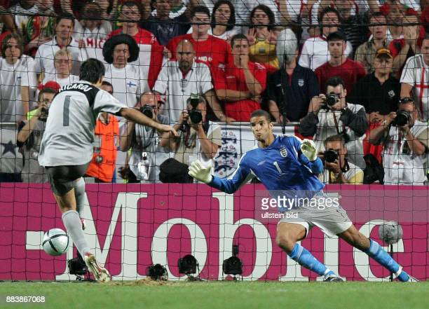 Fussball INTERNATIONAL EURO Portugal England im Stadion da Luz in Lissabon Ricardo trift gegen David James per 11meter zum Sieg