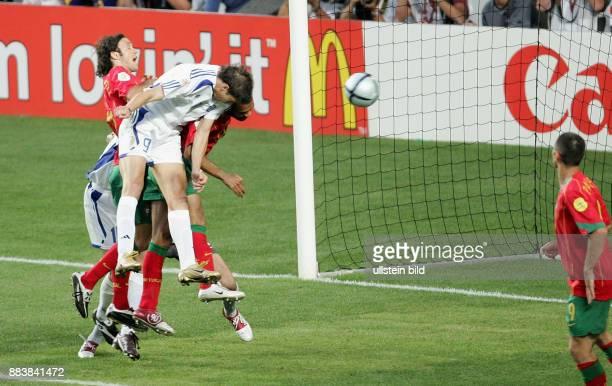 Fussball INTERNATIONAL EURO Portugal Griechenland im Stadion da Luz in Lissabon Angelos Charisteas trift zum 01