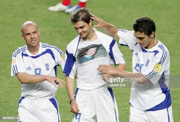 Fussball INTERNATIONAL EURO Portugal Griechenland im Stadion da Luz in Lissabon Angelos Charisteas jubelt mit Stylianos Giannakopoulos und...