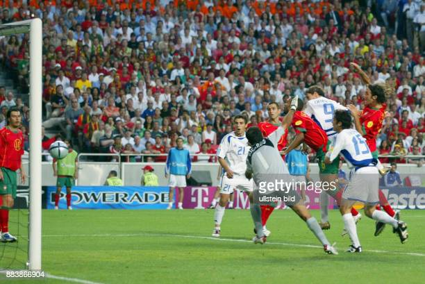 Fussball INTERNATIONAL EURO Portugal Griechenland im Stadion da Luz in Lissabon Angelos CHARISTEAS erzielt das 01 Siegtor POR Torwart RICARDO machtlos