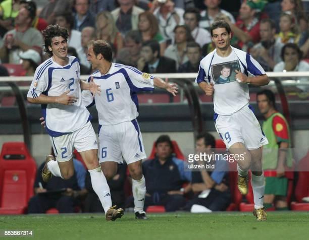 Fussball INTERNATIONAL EURO Portugal Griechenland im Stadion da Luz in Lissabon Angelos Charisteas jubelt mit Angelos Basinas und Giourkas Seitardis