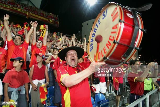 Fussball INTERNATIONAL EURO 2004 Spanien 1-0 Russland JUBEL spanische Fans beim Schlusspfiff; Trommler freut sich