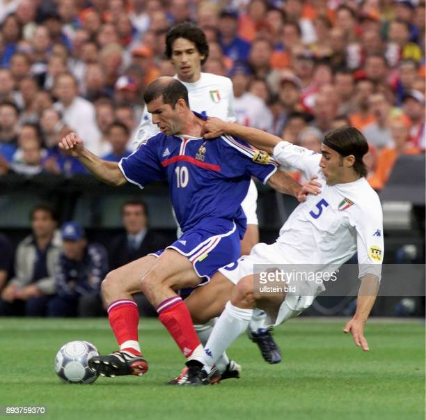 Fussball International Europameisterschaft 2000 in Rotterdam Finale Frankreich Italien Zinedine Zidane gegen Fabio Cannavaro