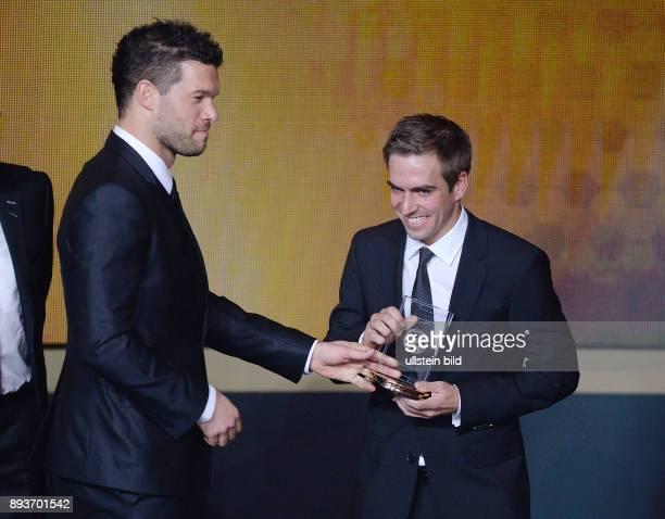 Fussball International FIFA Ballon d Or FIFA / FIFPro World XI Mannschaft des Jahres Michael Ballack ehrt Philipp Lahm