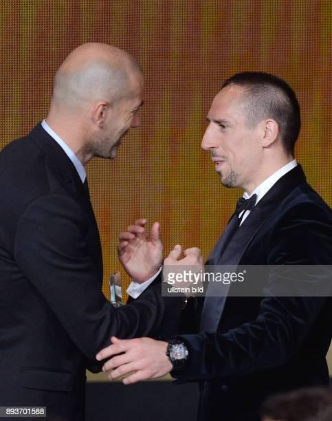 Fussball International FIFA Ballon d Or FIFA / FIFPro World XI Mannschaft des Jahres Zinedine Zidane ehrt Franck Ribery