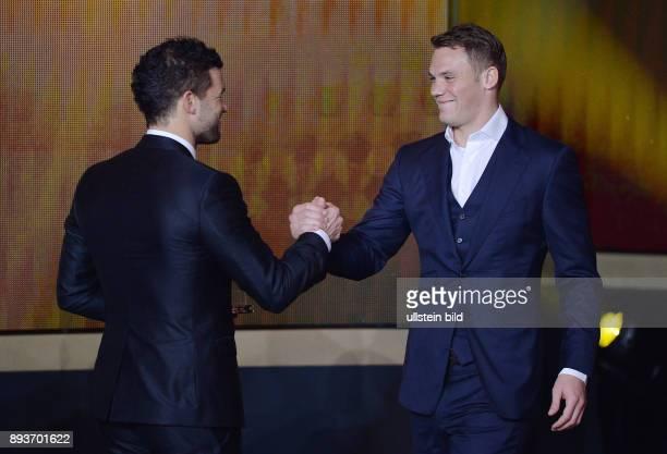 Fussball International FIFA Ballon d Or FIFA / FIFPro World XI Mannschaft des Jahres Michael Ballack ehrt Torwart Manuel Neuer