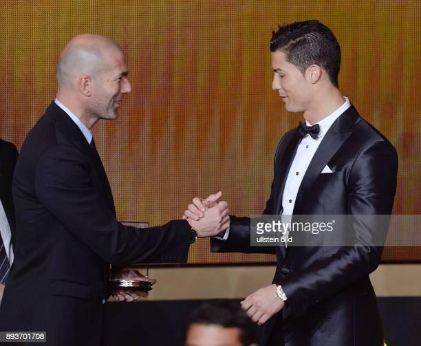 Fussball International FIFA Ballon d Or FIFA / FIFPro World XI Mannschaft des Jahres Zinedine Zidane ehrt Cristiano Ronaldo