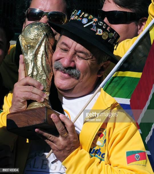 Fussball International FIFA Confederations Cup 2009 Brasilien Aegypten BRA Fan Clovis Acosta Fernandes mit WM Pokal