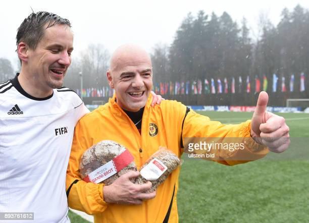Fussball International Praesident Gianni Infantino am Ball erster Tag im Home of Fifa Freundschaftsspiel FIFA Mitarbeiter und Ex Fussballer...